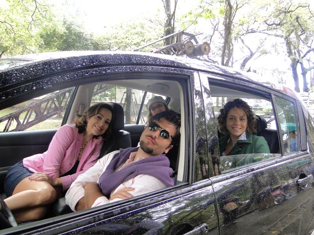 Gabriela Duarte, Bruno Gagliasso, a diretora Natália Grimberg e Leandra Leal se abrigam