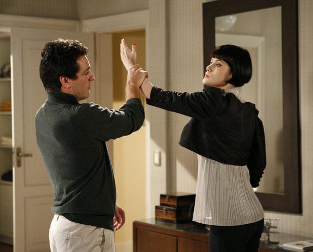 Melina dá um tapa na cara de Mauro e conta que está grávida