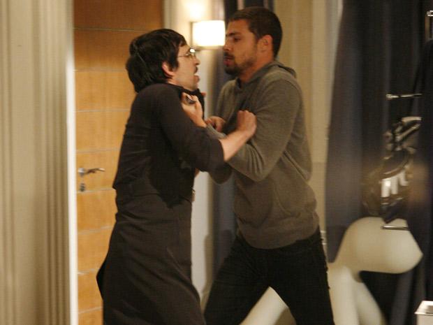 Danilo vai atrás de Boca, mas como está sem dinheiro, passa em casa e encontra Arthurzinho. O ciclista agride o mordomo