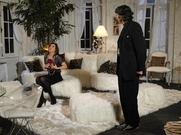 Jaqueline conta para Jacques Leclair que foi seduzida por Victor Valentim