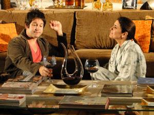 Os dois bebem um vinho e conversam