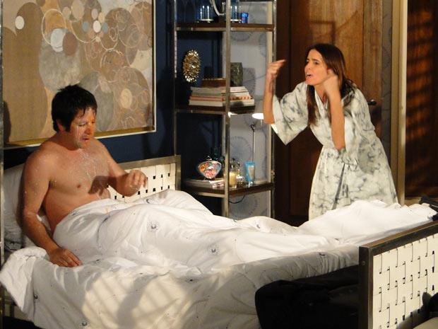 Suzana joga leite e esfrega mamão na cara de Ari