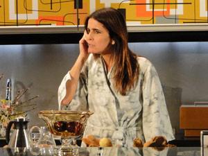 Suzana descobre que Ari beijou Jaqueline