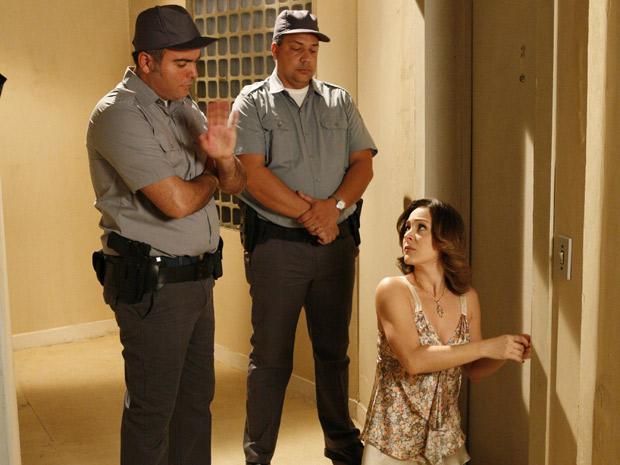 Agachada, Jéssica tenta abrir porta do apartamento de Berilo, quando a polícia chega