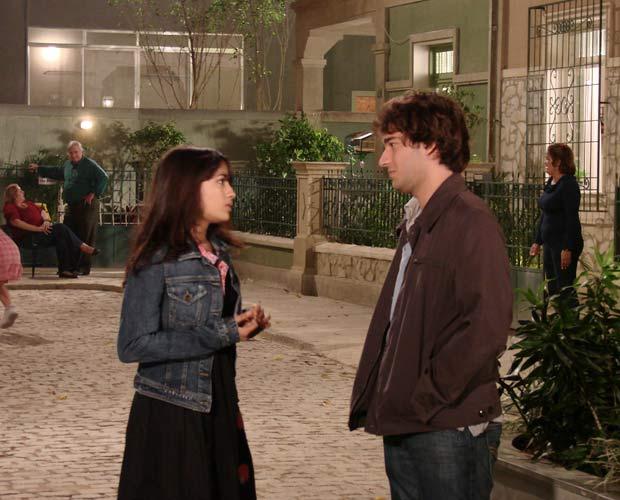 Luti diz a Gabi que precisa contar uma coisa para ela
