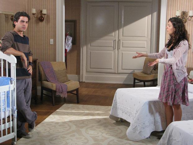 Julinho desabafa com Marcela, que fica chocada ao saber que Gustavo tentou expulsá-lo