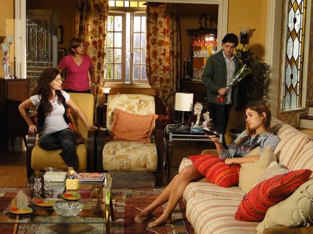 Armandinho aparece na casa de Nicole com uma flor na mão e Desirée fica na expectativa