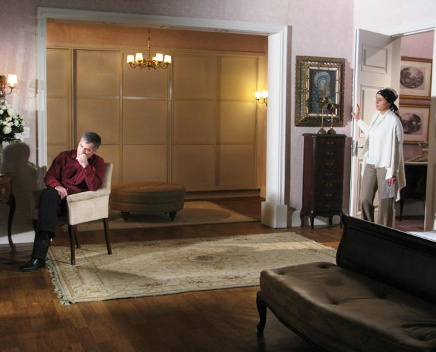 Bruna diz a Gustavo que não o perdoará se Julinho for embora