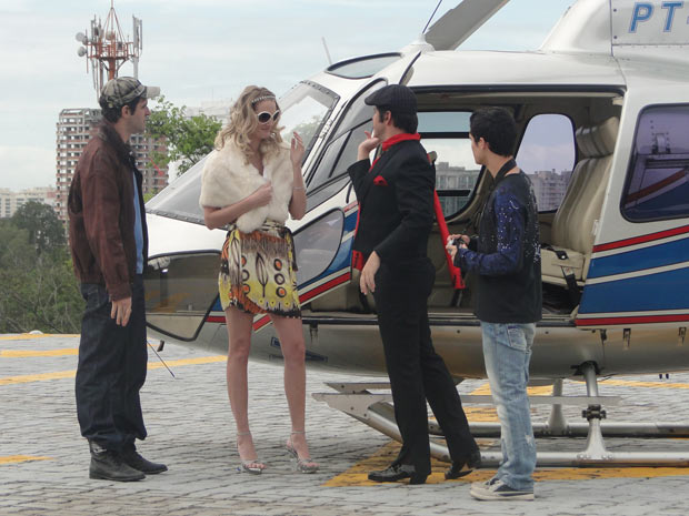 Ari contrata uma modelo parecida com Paris Hilton e aluga um helicóptero para armar foto