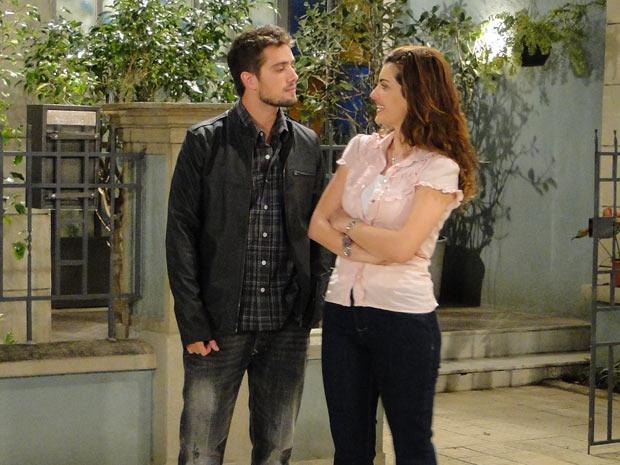 Jorgito vai buscar Amanda em casa e encontra Desirée na vila
