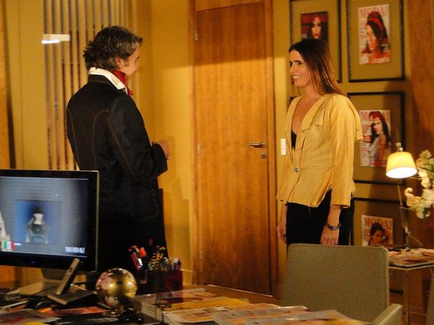 Jacques chega para buscar Suzana para sair e percebe que o botão do seu blazer está solto