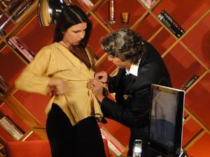 Ele se oferece para costurar o botão de Suzana