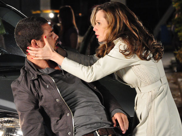 Clara se assusta com estado de Danilo e o socorre