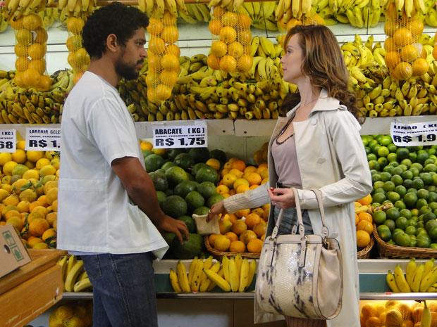 Clara faz acordo com entregador e dá dinheiro a ele