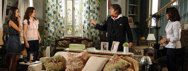 Jacques fica surpreso ao ver Amanda e Desirée na casa de Marta