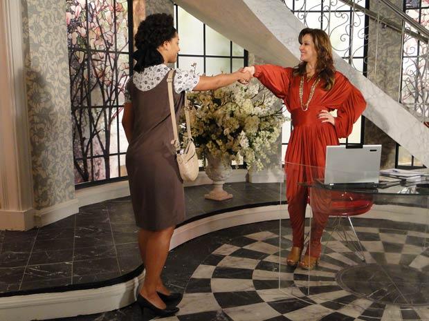 Jaqueline contrata Clotilde para trabalhar no ateliê