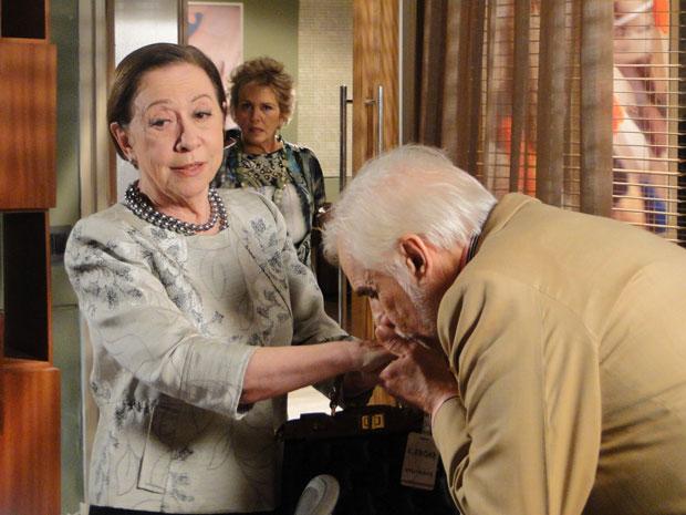 Olavo e Bete relembram namoro e o rei do lixo trata a matriarca com carinho, beijando suas mãos. Clô flagra os dois
