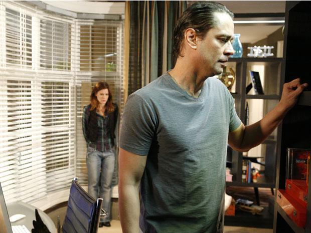 Gerson fica furioso quando ao ver Diana mexendo no seu computador