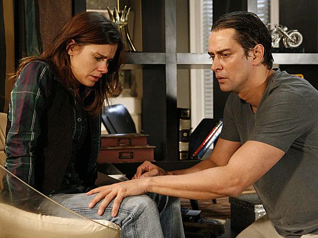 Depois que Diana se acalma, Gerson a solta