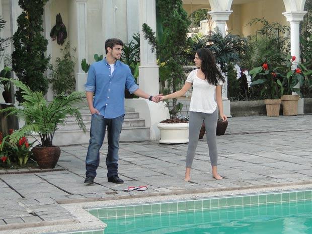 Edgar surpreende Marcela e faz um convite