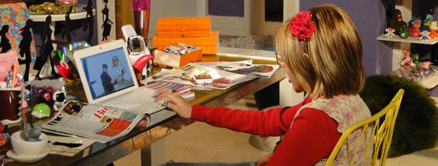 Mabi vê na internet as fotos que Ariclenes fez com uma sósia de Paris Hilton