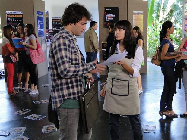Luti chega à faculdade e Gabi cobra explicações