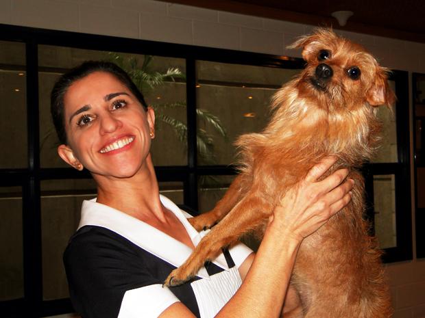 Andrea Bassit brinca com a cachorrinha Nina
