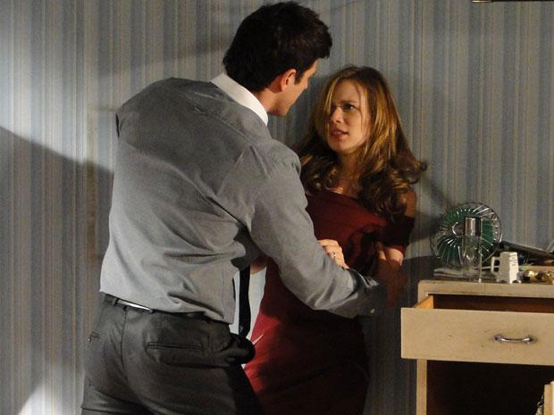 Fred perde a paciência com Clara e pega com força