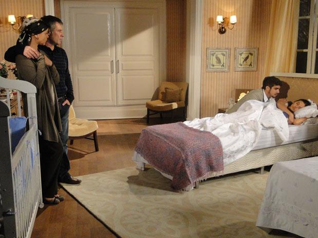 Edgar chega aflito ao saber que Marcela desmaiou e seus pais estranham