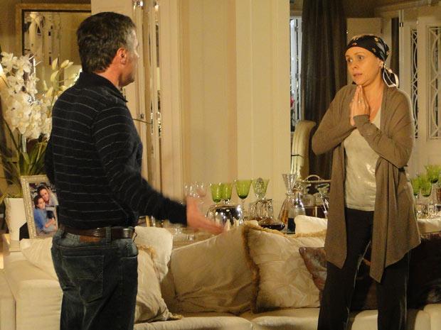 Gustavo comenta com a esposa a aproximação entre Edgar e Marcela