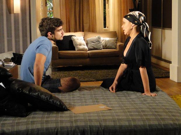 Bruna pergunta a Edgar se ele está interessado em Marcela