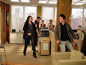 Suzana põe Ari para fora de sua sala