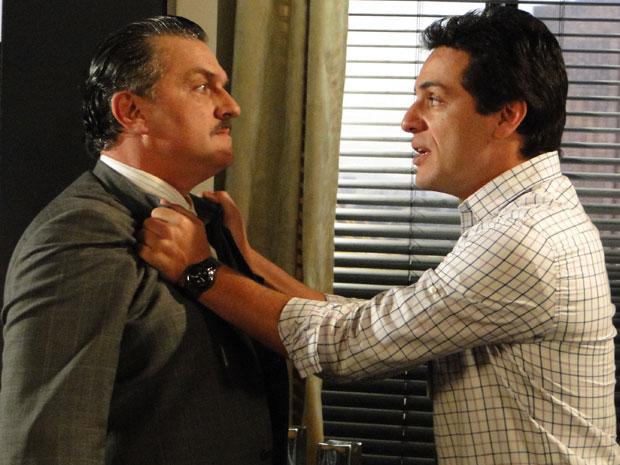 Mauro pega Saulo pelo colarinho