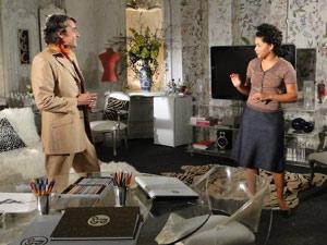 Clotilde entra no escritório e Gigi aproveita para fugir de Jacques, que comemora