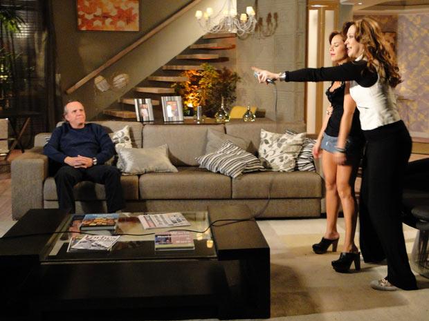 Jaqueline e Breno organizam outra reunião familiar, mas só ela se diverte