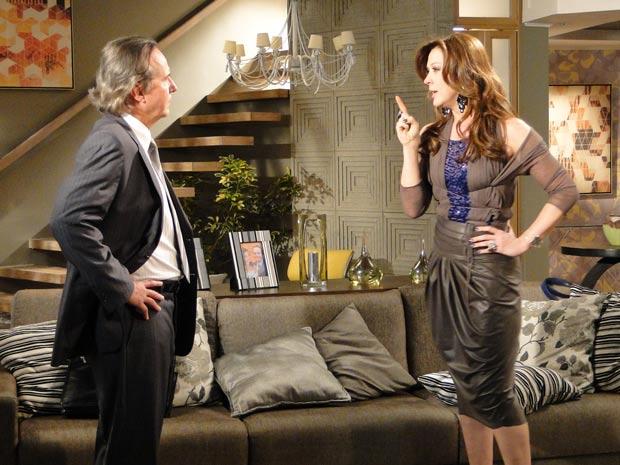 Ela ameaça contar tudo para Rebeca se ele não pagar uma pensão para ela