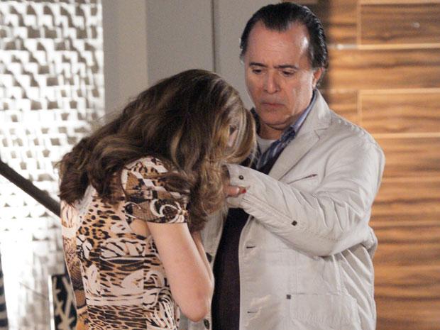 Clara beija a mão de Totó, agradecendo o apoio do marido