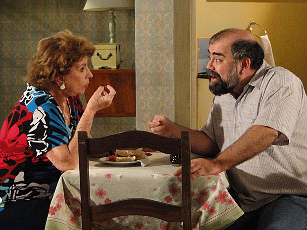 Valentina ouve atentamente à proposta do freguês da pensão