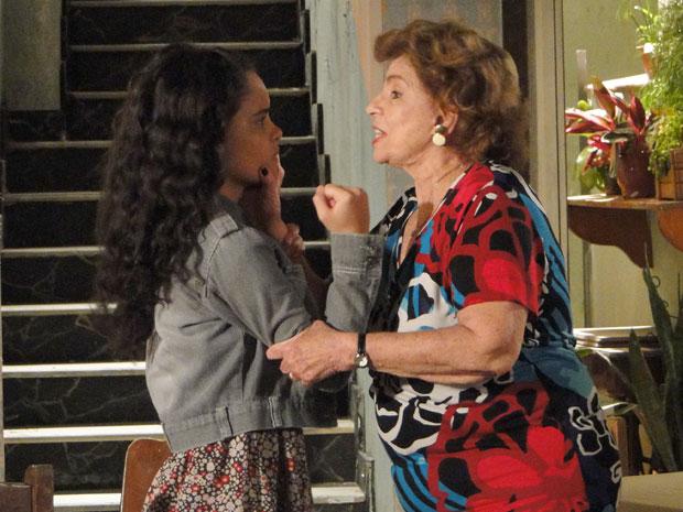 Kelly enfrenta Valentina e a avó pega a neta pelo braço