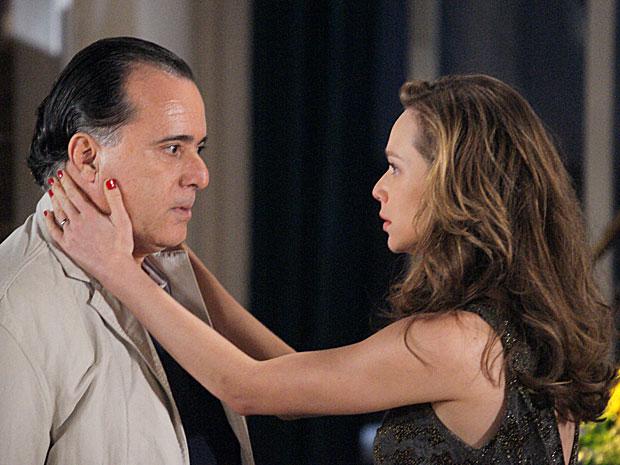 Apavorada, Clara tenta impedir que Totó a denuncie