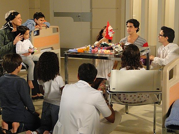 Julinho, Marcela, Dr.Eduardo e Bruna animam as crianças