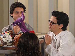 Julinho observa o jeito do Dr. Eduardo com as crianças