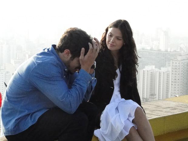 Edgar chora e Marcela o consola