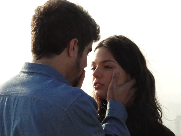 Os dois se aproximam e acabam se beijando