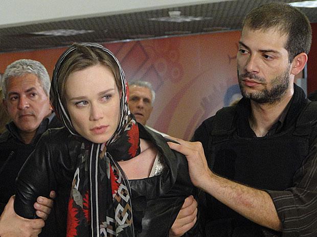 Com ódio, ela olha para Valentina, que a entregou para a polícia