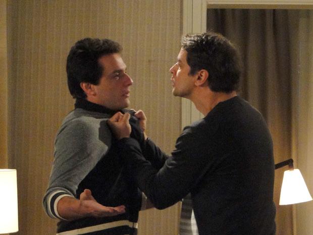 Gerson pega Mauro pelo colarinho