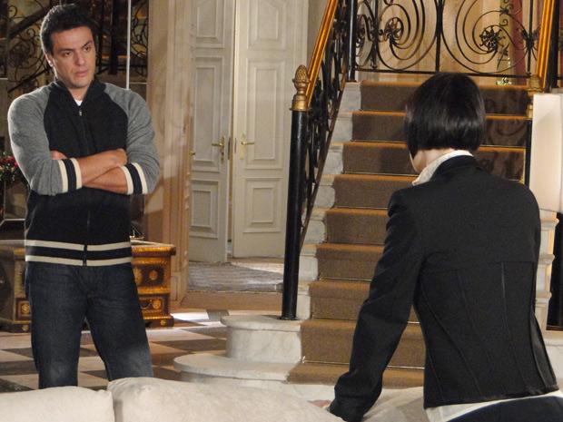 Mauro fica chocado quando Melina anuncia que eles vão se casar em uma semana