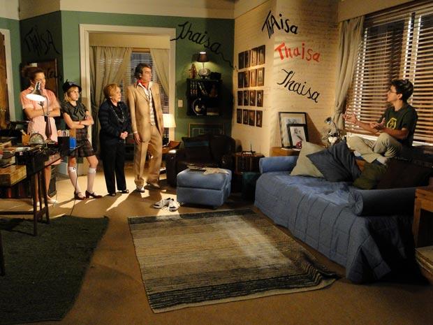 Jacques, Julia, Valquíria e Mabi ficam chocados ao entrarem no quarto de Lipe
