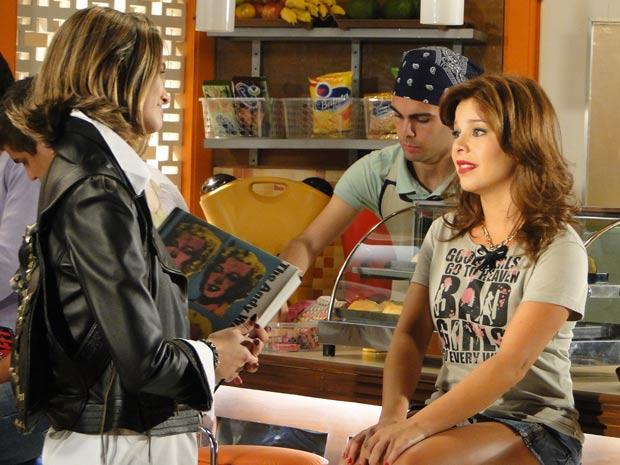 Thaísa topa conversar com Lipe, mas pede ajuda de Val para conquistar um menino