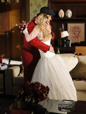 Camila se emociona e abraça o estilista